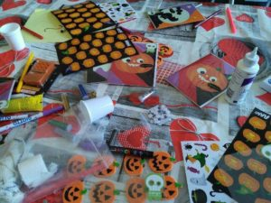 Atelier Customisation de cartes et de masques d'Halloween à l'hôpital de Poissy